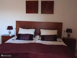 Slaapkamer met 2 eenpersoonsbedden aan elkaar gekoppeld (met lovebridge) tot een groot tweepersoonsbed (180 x 200). Ook eventueel apart te plaatsen als twee éénpersoonsbedden