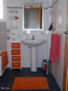 De badkamer op de 2e verdieping met bad/douche, toilet en bidet. Beide slaapkamers bevinden zich op dezelfde verdieping