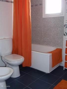 Foto van dezelfde badkamer op de 2e verdieping, maar dan vanuit een andere hoek genomen.