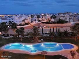 's Avonds wordt het zwembad verlicht en vanaf het dakterras heeft u uitzicht op de Middellandse Zee en aan de andere kant op de vallei van San Miguel, wat de moeite waard is om overdag te bezoeken. Het is een heel leuk dorpje en daar is ook ons favoriete tapasrestaurantje La cueva de tia Ramblera.