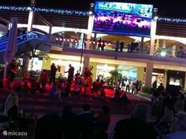 Het winkelcentrum La Zenia op zaterdagavond, waar iedere week live muziek is. In het hoogseizoen zelfs iedere dag!