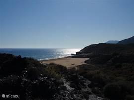 In het prachtige natuurpark Calblanque aan de Mar Menor, vlakbij Cartagena (ong. 25 min. rijden) kunt u een mooie wandeling maken en liggen aan het prachtige strand. U waant zich in Nieuw Zeeland, althans een gedeelte daarvan ??