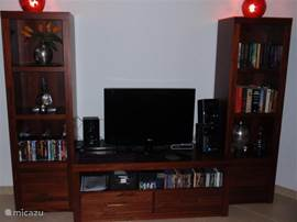 Kast met LCD TV met satellietontvangst, cd/dvd speler met keuze uit vele cd's en dvd's en genoeg boeken, spellen om u niet te vervelen.