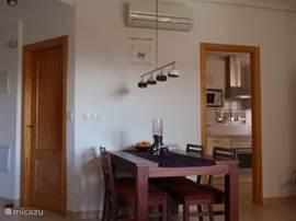 De woonkamer met toegang tot de keuken en badkamer met toilet