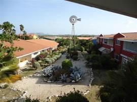 Vanaf het balkon is dit het uitzicht over een deel van de tuin en het uitzicht op de Tafelberg.
