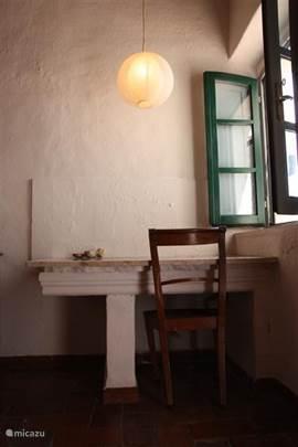 Originele details in woonkamer: Prachtige stenen tafel met marmeren blad met antieke stoel