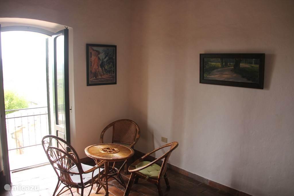 Zeer ruime tweede slaapkamer (2 persoons), met vrij uitzicht op het achter terras en bos. In de slaapkamer blijft het lekker koel.