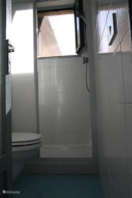 Eenvoudige maar nette badkamer