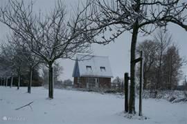 Ook in de winter is het heerlijk toeven in dit vrij gelegen huisje met uitzicht op water en boomgaard. Met een beetje geluk kan er voor de deur worden geschaatst.