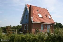 Een van de bijzondere kenmerken van het vissershuisje: de uitgebouwde schoorsteen met het keramieke hoedje.