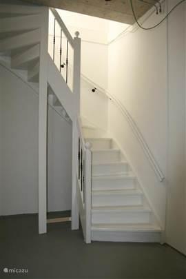 Via de prachtig met smeedijzeren spijlen uitgevoerde trap komt u in de kelderruimte van 39 m2. Deze ruimte biedt u de mogelijkheid om visspullen op te ruimen en er staan tuinstoelen die u naar wens daar of buiten kunt gebruiken. Ook is er de mogelijkheid om deze ruimte als stoere slaapplaats voor oudere kinderen te gebruiken.