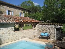 La Paternelle, een typische boerderij uit deze streek, verbouwd met liefde en aandacht. Een prachtige tuin met verschillende zithoekjes, een lief klein zwembadje en een geweldige zomerkeuken. 'La douce France' zoals het bedoeld is.