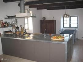 La Paternelle is onder architectuur verbouwd. De architect heeft lef getoond om in een zeer oude boerderij een eigentijds zinken keukeneiland te plaatsen. Het werkt fantastisch. 6 pits kooktoestel, vaatwassertje, veel keukengerei. Ideaal voor kookliefhebbers. het keuekeneiland geeft ook een natuurli
