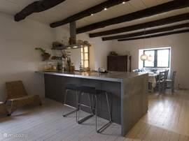 Doorkijkje woonkamer met volledig ingerichte keukeneiland.