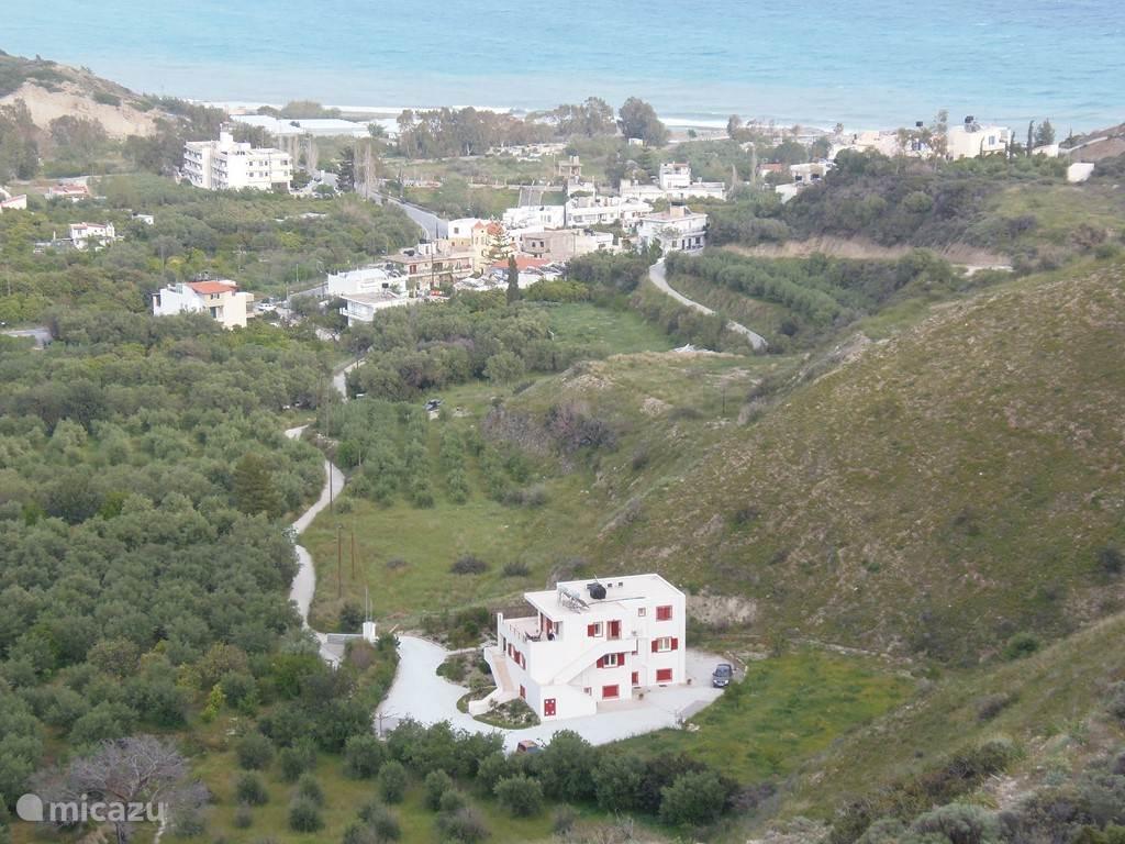 Ligging Villa Dianthe met uitzicht op het dorp Mirtos