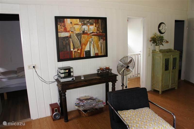 woonkamer/zicht trapopgang en slaapkamer