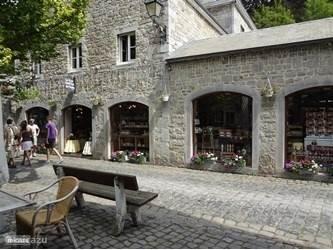 In Durbuy zitten verschillende winkeltjes, bakkerij, slagerij, chocolaterie, gezellige terrassen en meerdere restaurants.