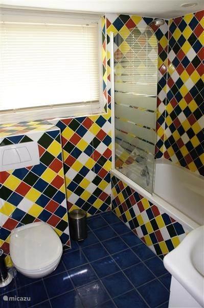 onze fleurige badkamer