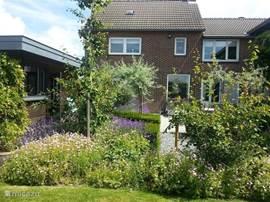 Aanzicht huis en tuin.