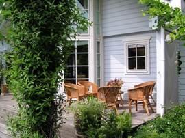 Achter in de tuin is een zitje waar u heerlijk kunt genieten van de openhaard.