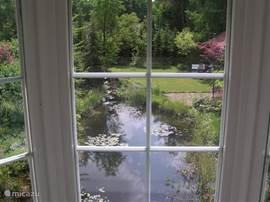 U kunt vanuit de woonkamer door middel van een schuifpui naar uw tuin met gazon en terras.
