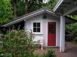 Naast de woning is een slaapgelegenheid gebouwd voor maximaal 2 personen.