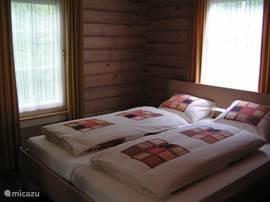 Een  slaapkamer met een tweepersoons bed (2.10m) en grote linnenkast met spiegels.