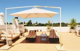 zeer ruim dakterras waar u heerlijk van de zon kunt genieten of luieren in de schaduw van het zonnescherm.