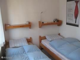 Slaapkamer met twee eenpersoonsbedden. (bedden zijn verstelbaar zodat u ook rechtop een boek kunt lezen)