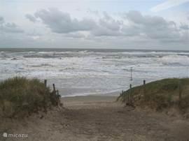 Als het heel hard waait en de zon schijnt iets minder...is de zee ook mooi..