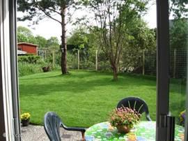 Heerlijk wijds uitzicht vanuit de lichte woonkamer, richting de tuin.