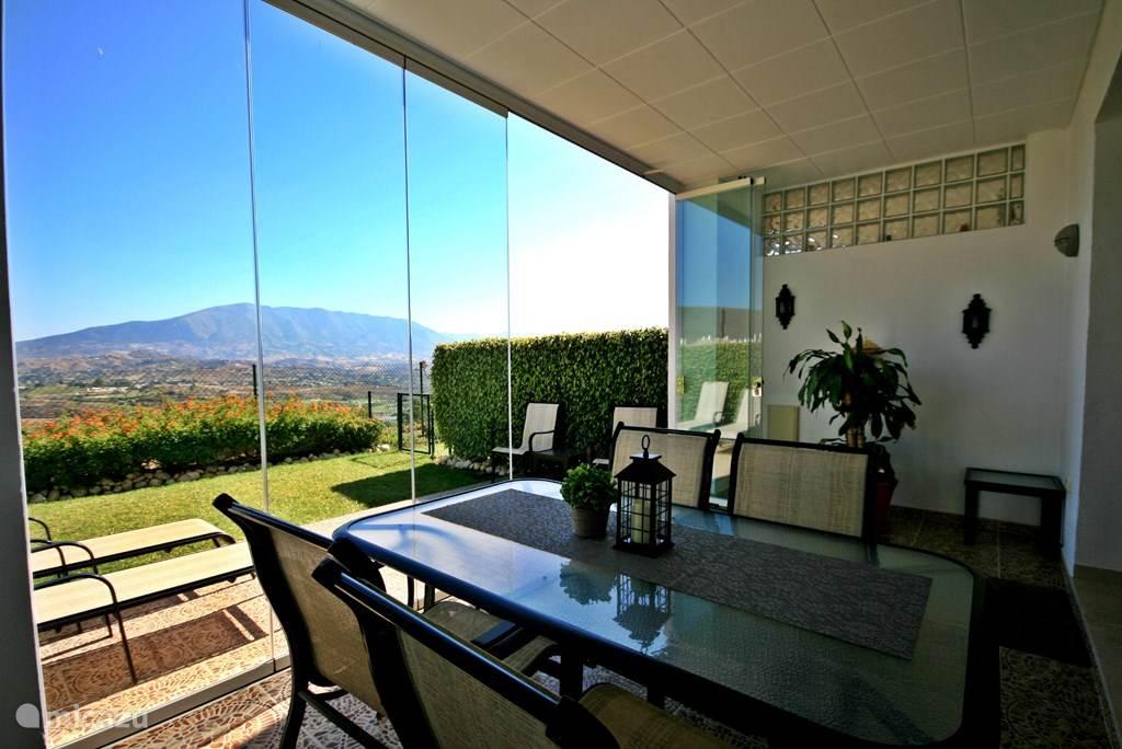 Onlangs vernieuwd en uitgebreid terras! Kies uw plek in de zon of in de schaduw op het overdekte deel van het terras. U kunt naar wens de glass-curtains openen of sluiten.