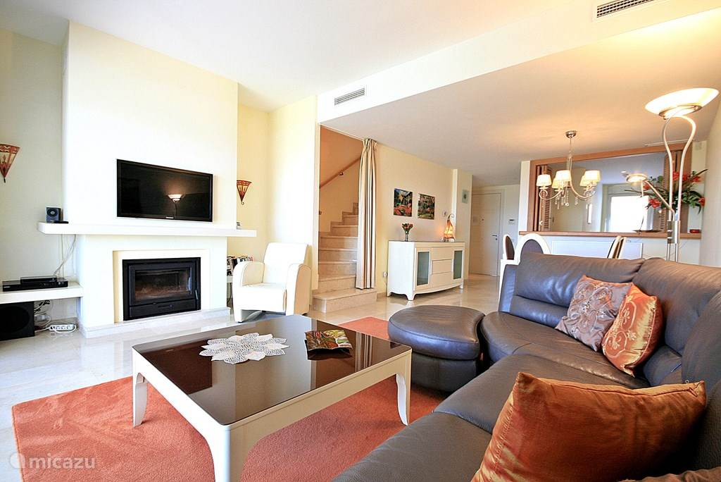 Ruime en gezellige woonkamer met open haard.