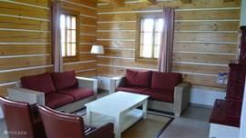 Ruime woonkamer voorzien van goede banken en fauteuils, 6-persoons villa.