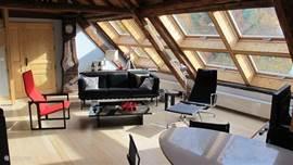 Het Loft appartement is een waar masterpiece qua design en ontwerp. Een zeer ruime woonkamer met een hoog plafond, een roterende houthaard en aangrenzend overdekt balkon, het is er allemaal!