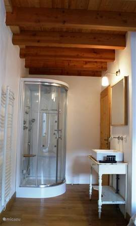 Cascade (45m 2) biedt een twee persoonskamer met en-suite jacuzzi douche, apart toilet en een heerlijke woonkamer met aangrenzend terras met prachtig uitzicht op de omliggende bergen en bossen.