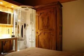 Les Rousses (80m 2) biedt 2 twee persoonskamers (één met jacuzzi douche), één familie kamer met dubbel bed en groot stapelbed, twee aparte toiletten, twee badkamers en een mooie authentieke woonkamer .