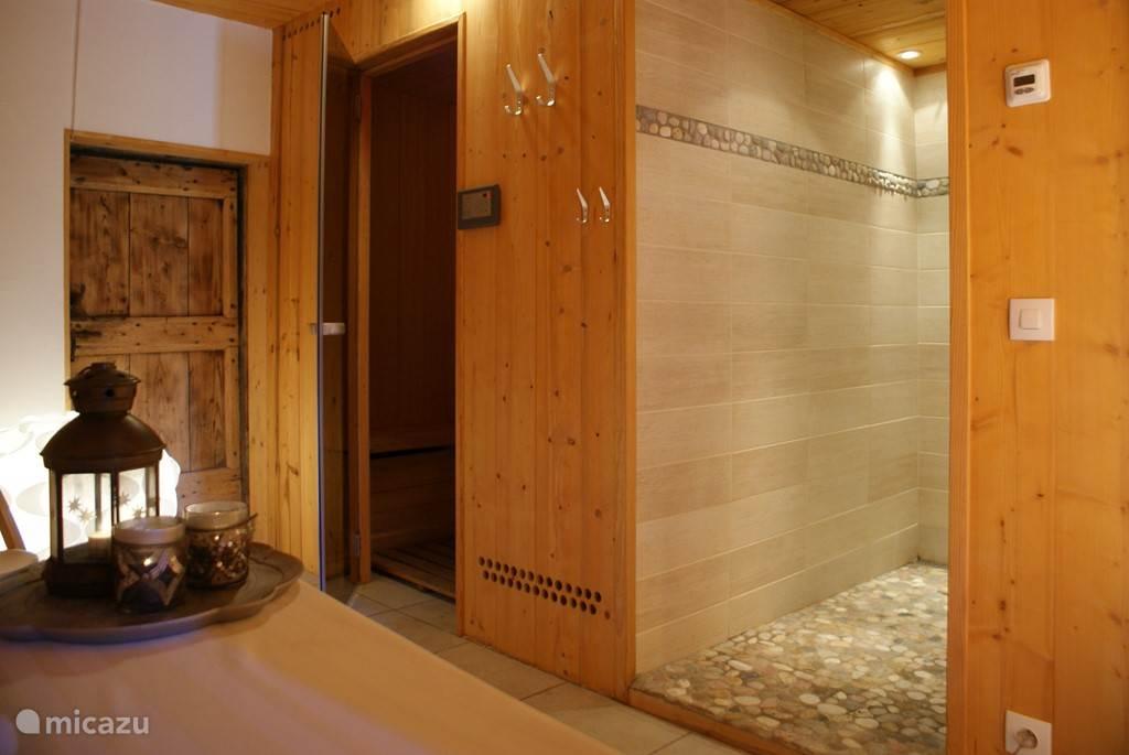 De in-house sauna met Italiaanse walk-in douche