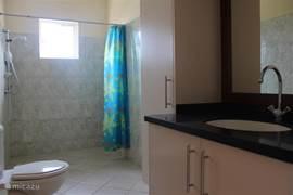 Het appartement is voorzien van een ruime badkamer/douche.