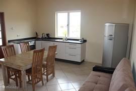 Een open keuken voorzien van combi magnetron en vaatwasser.