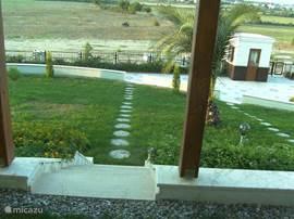Van het gelijk grondse terras loop je zo  via de privé tuin naar de gemeenschappelijke tuin met fitnessruimte, sauna, de zwembaden en speeltuin.