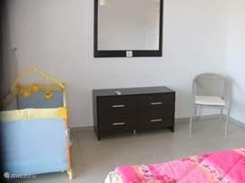 In diezelfde slaapkamer staat het kinderbedje.