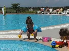 Het zwembad van de peuters en kleuters ligt nabij het zwembad van de echte zwemmers. Voor elke vraag i.v.m. de reis naar ..., het verblijf ter plekke, uitstappen vanaf LGB4, restaurants etc. contacteer:anitagielen@gmail.com