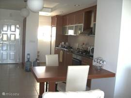 Hal, keuken, eetkamer en woonkamer zijn één grote open ruimte.