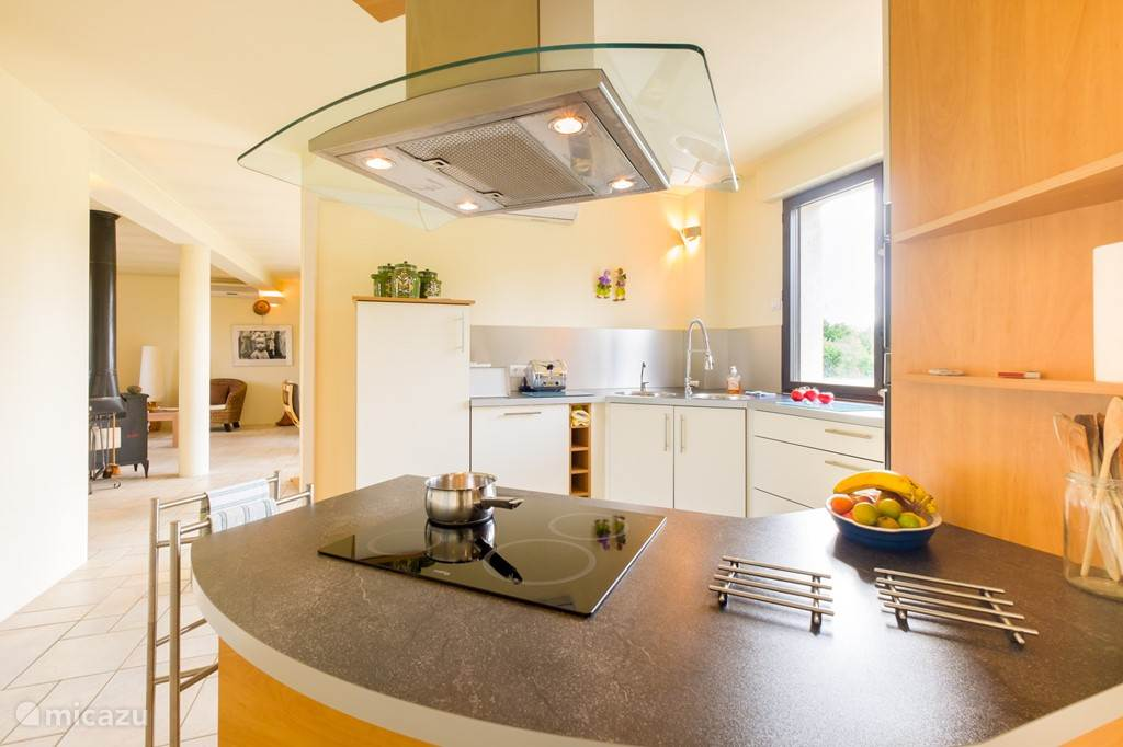 A beautiful kitchen with all the amenities you would expect at this time. Also allow the herbs at your disposal, giving you a tasty meal on the table stream. Through the kitchen there is a passage to the terrace.
