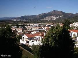 Het uitzicht aan de achterkant met zicht op de Mas Fumats en de Pyreneeën.