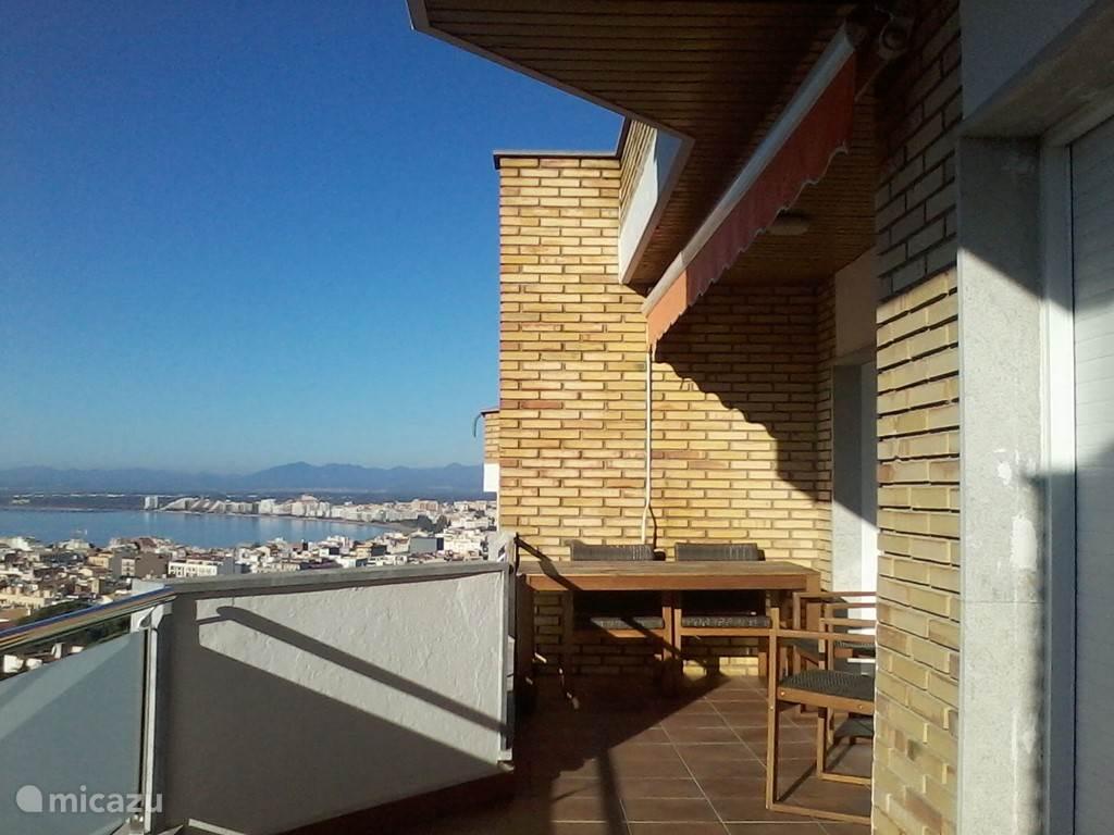 Het vernieuwde terras voor de woonkamer.