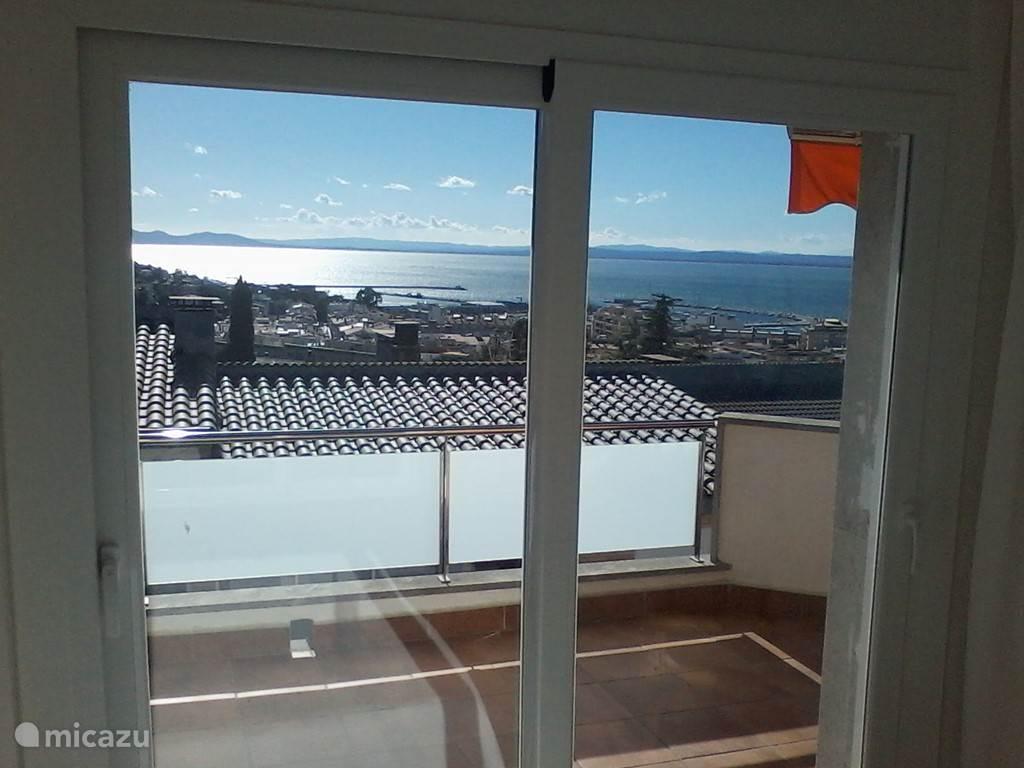 Het uitzicht vanuit de slaapkamer aan de voorzijde.