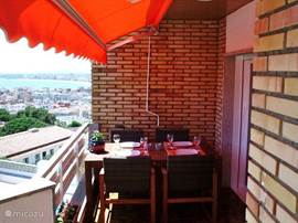 Het terras met de terrasmeubelen. Tijdens de maaltijd ook weer dat sublieme zicht. Het terras is m20 groot.
