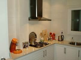 De open  keuken met de senseo koffiemachine (is nu Nespresso) en het kooktoestel.